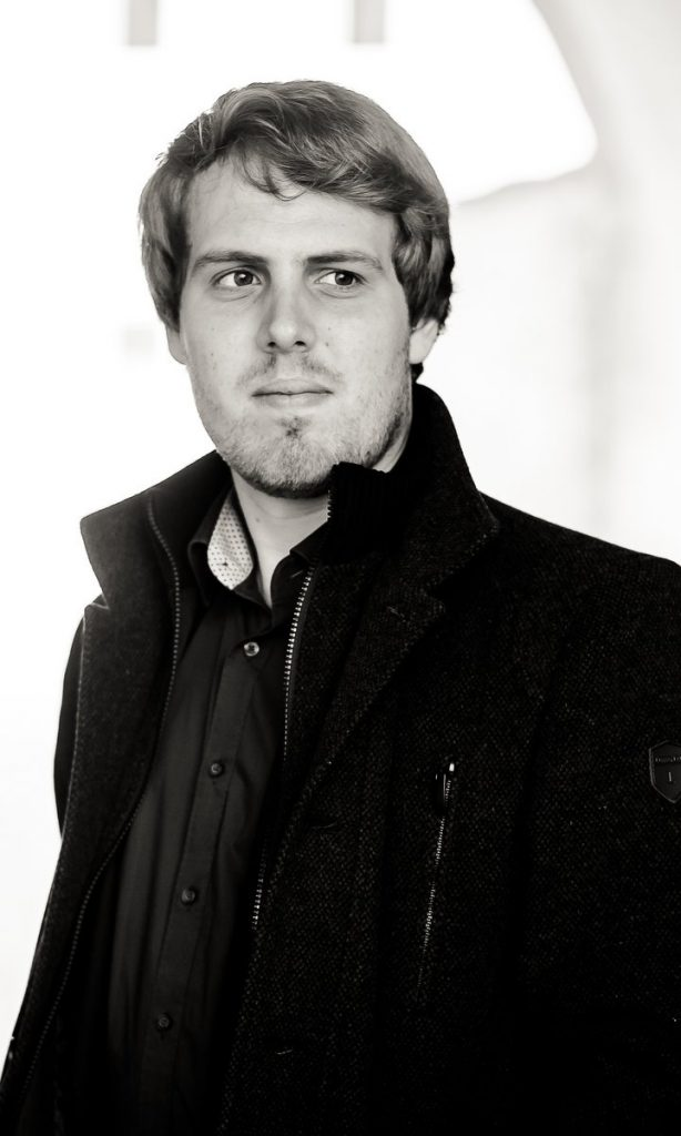 Der Dirigent Gábor Hontvári.