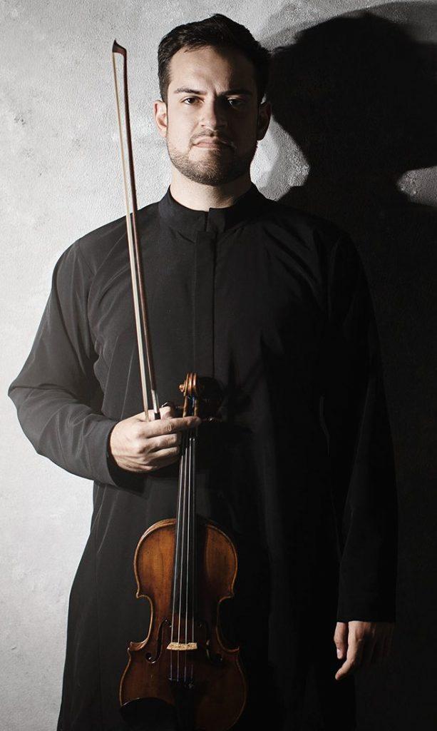 Der Musiker Marc Bouchkov mit Violine