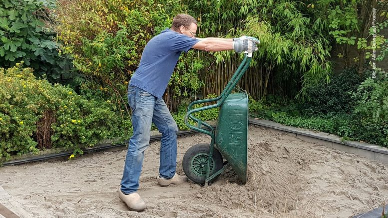 Gartenarbeit mit Schubkarre