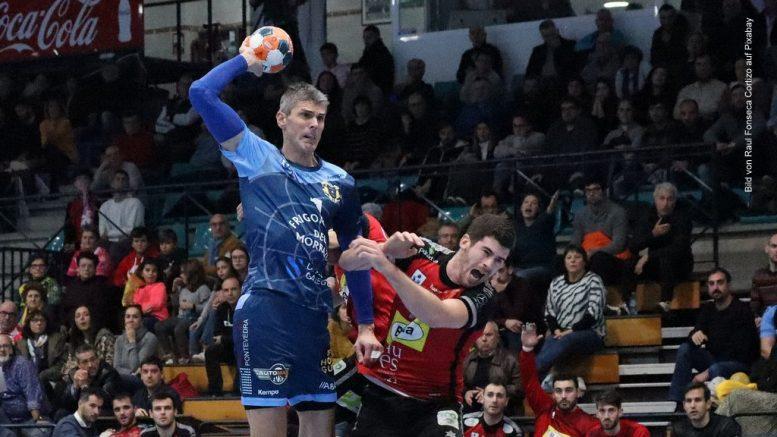 Handballspiel - Mann wirft Ball