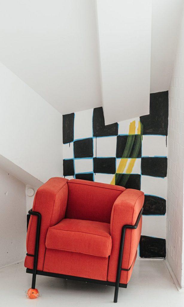 Roter Sessel in einer Kunstinstallation