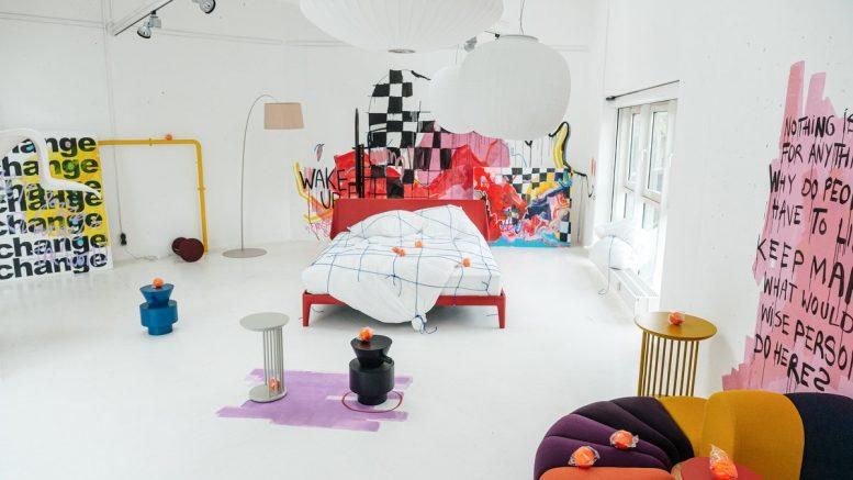 Wake up Kunstinstallation mit Bett und Lampe im stilwerk Hamburg