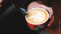 Kaffee wird in eine Tasse geschenkt