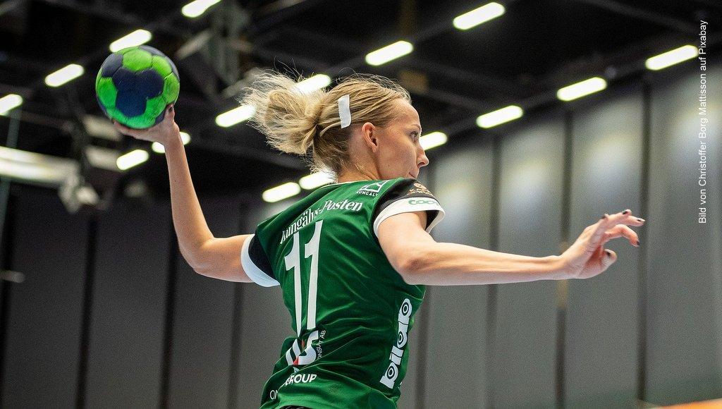Teamsport: Handball eine Frau wirft den Ball