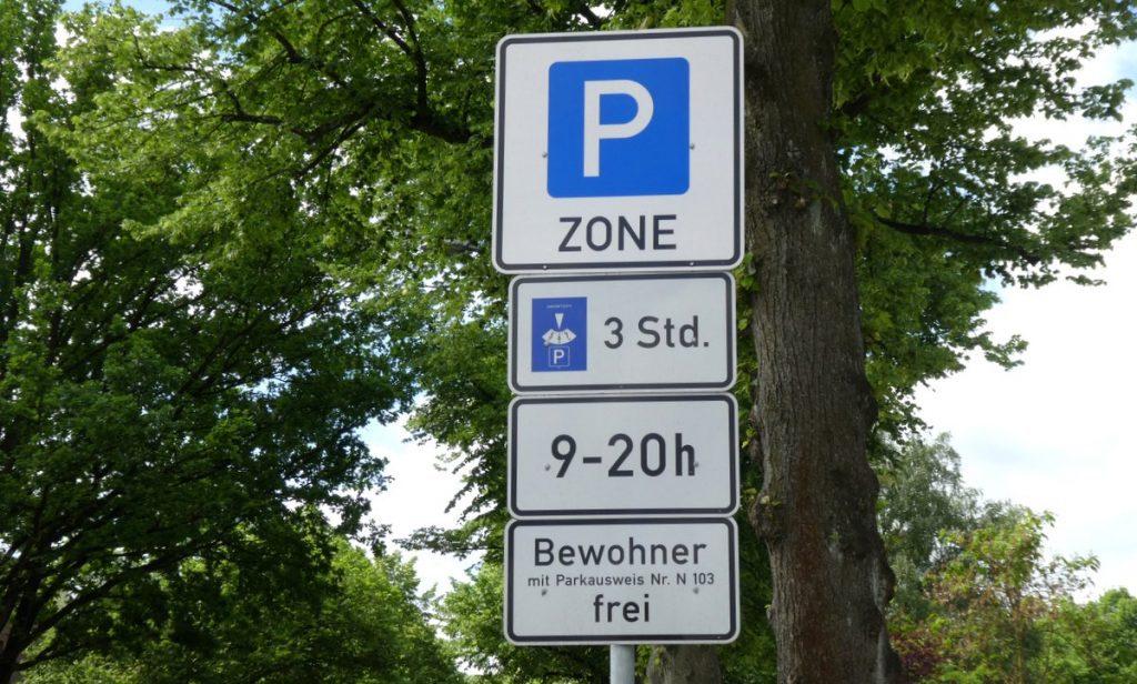 Hinweis Schild für eine Anwohnerparkzone am Hamburger Flughafen