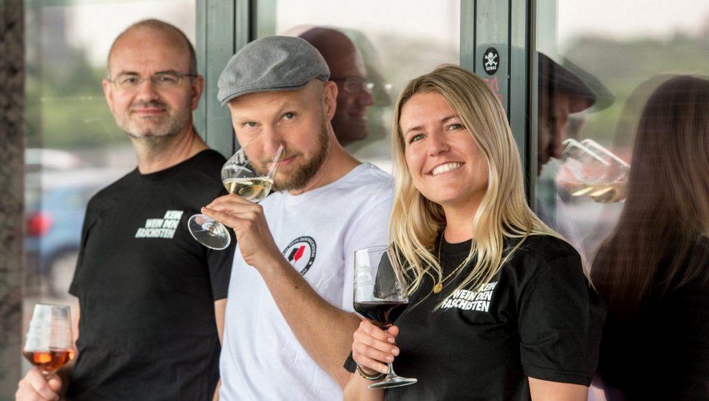 Die KEIN WEIN DEN FASCHISTEN Partner: Sönke Goldbeck - Robert Peters - Martika Marin alle mit Weinglas