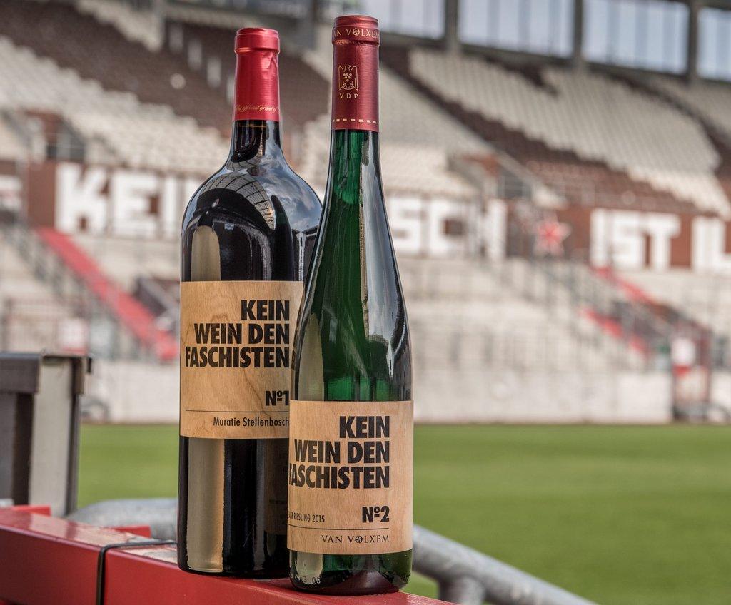Zwei Weinflaschen im Millerntor Stadion