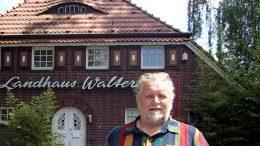 Der Gastronom Uwe Amandus Mamminga vor dem Landhaus Walter