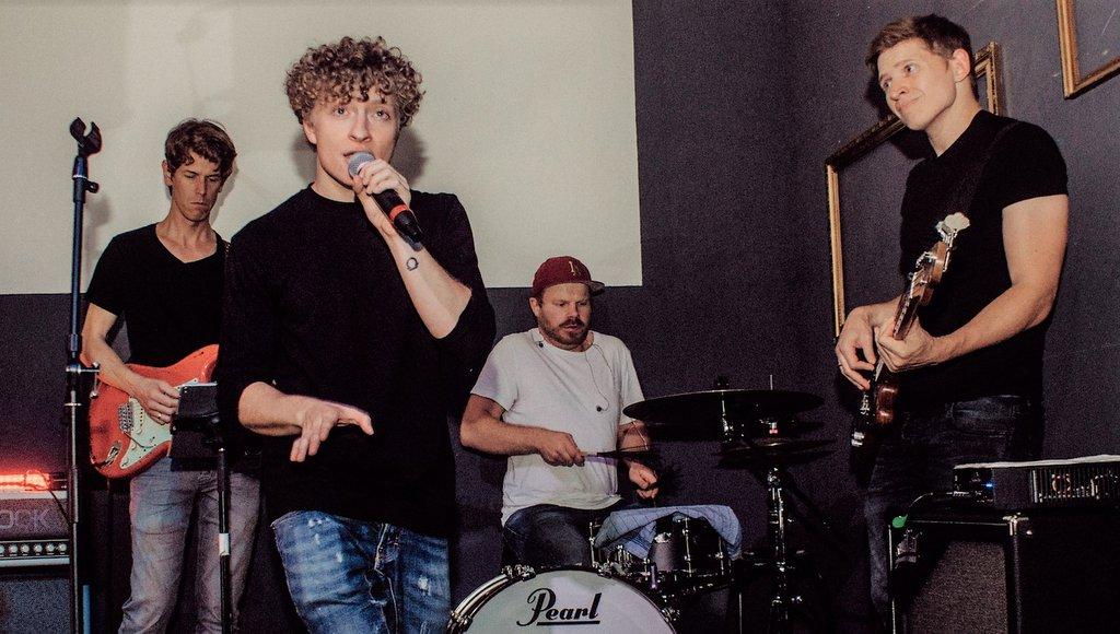 Luca Taqua mit Band im club