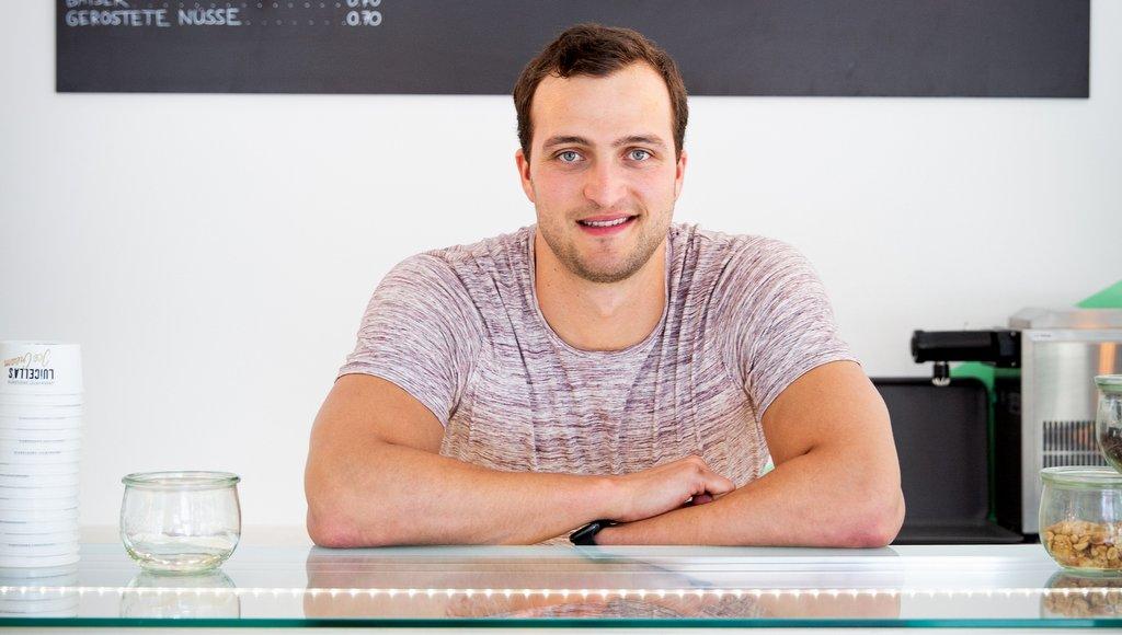 Markus Deibler in einer Eisdiele