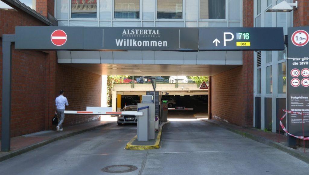 Einfahrt Heegbarg des Parkplatz Ost vom Alstertal Einkaufszenturm