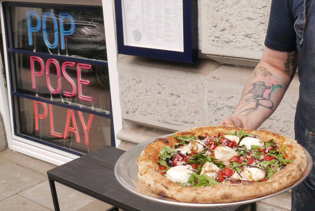 Eröffnungsfoto Pizza Electric Inhaber vor dem Eingang