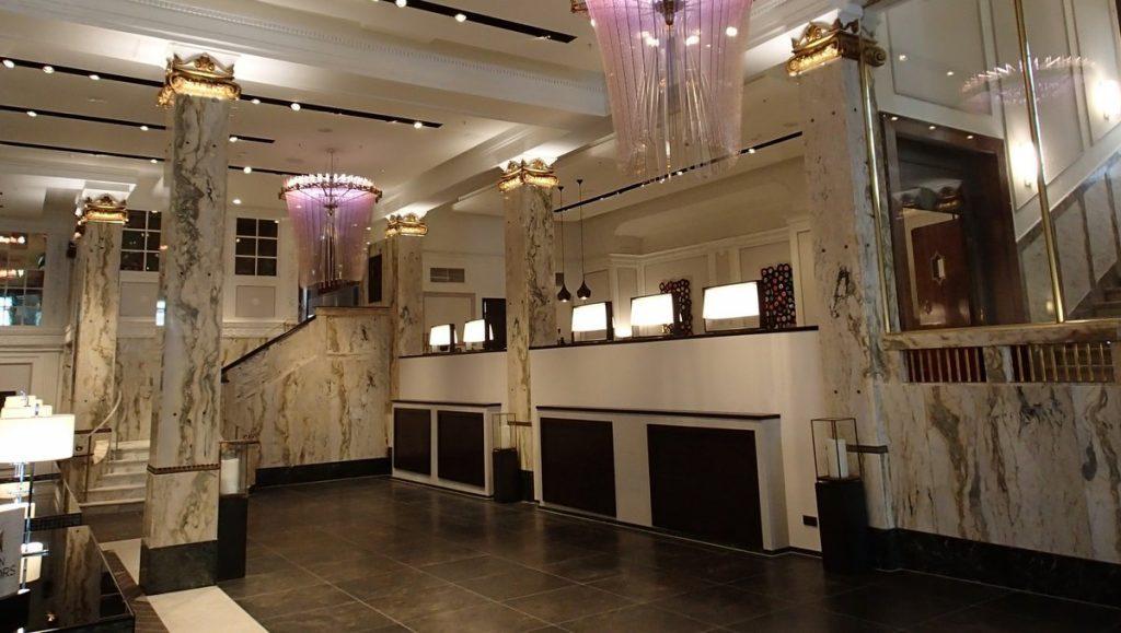 Das elegante Hotel Foyer des Reichshof Hamburg