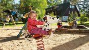 Kind auf einem Schaukelpferd