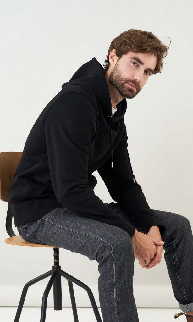 Schwarzer Slow Fashion Hoodie mit Modell