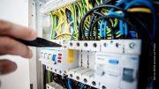 Elektriker arbeitet am Stromverteiler