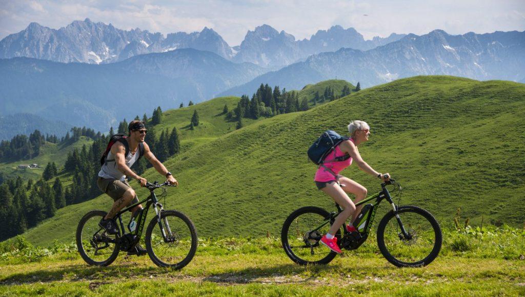 Mountianbikerfahrer in den Alpen