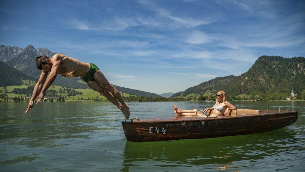Sprung von einem Kahn in den See