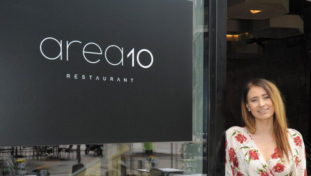 Nora Karklina im Restaurant-Eingang