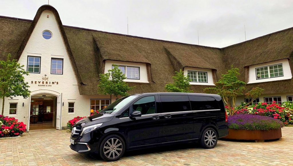 Mercedes vor einem Sylter Resort