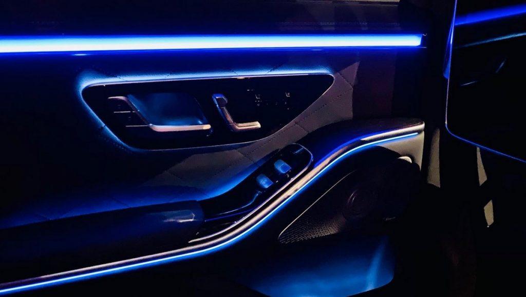 Fond vom Mercedes in der Nacht