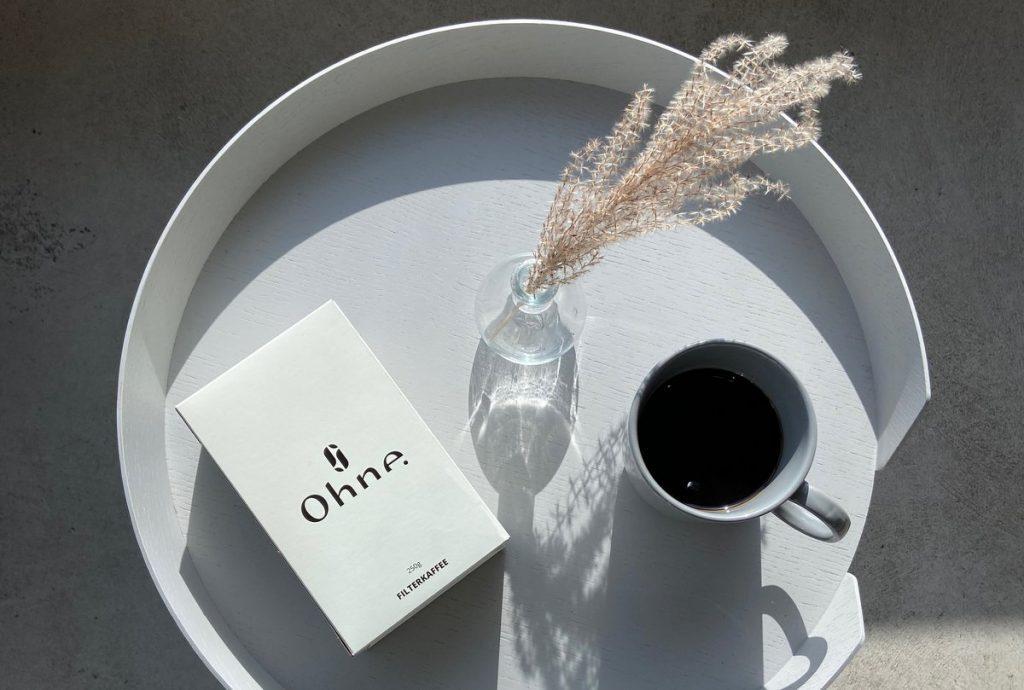 Ohne Kaffee Moofoto Kaffeetasse auf einem Tablett