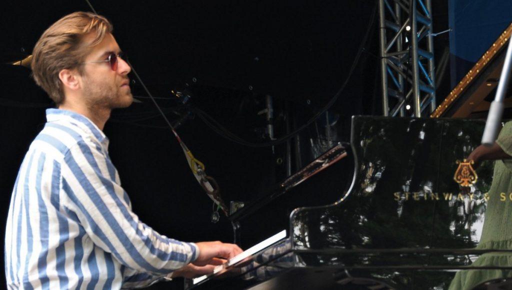 Joel Lyssarides spielt auf dem Steinway Flügel