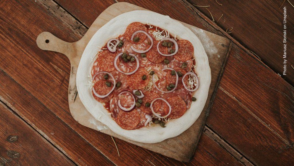 Pizza Salami frisch aus dem Ofen