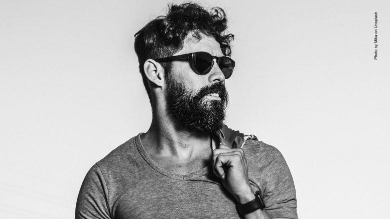 Man mit Bart und Sonnenbrille
