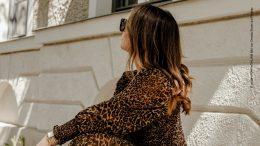 Frau im Leopardenmantel
