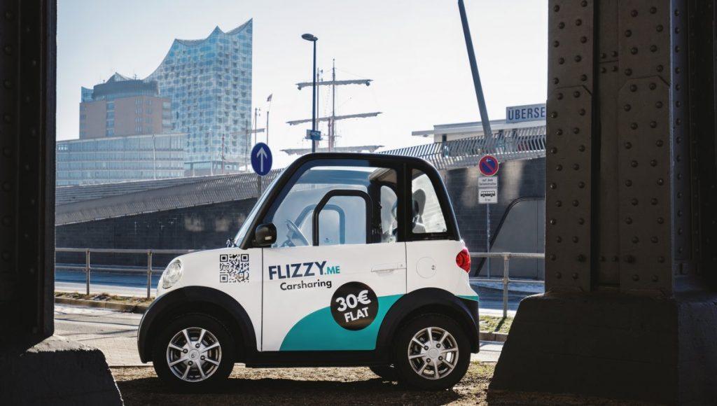 Flizzy Carsharing Auto mit Elbphilharmonie im Hintergrund
