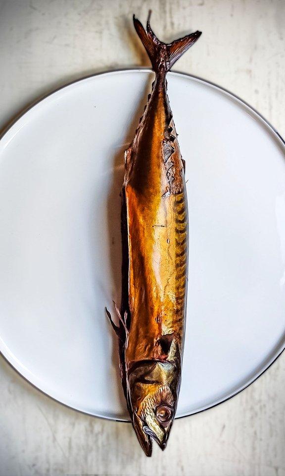 ganzer Räucherfisch Makrele auf dem Teller