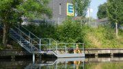 Bootssteg in Hamburg des EDEKA Supermarktes Edeka Clausen in Barmbek vom Wasser gesehen