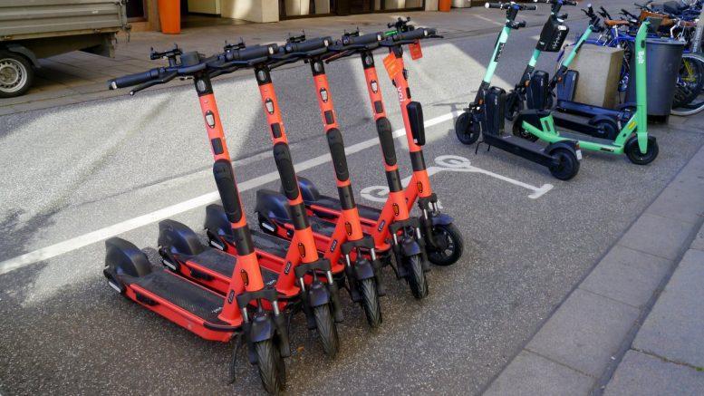 Mobility Ranking: In Reihe abgestellte -Scooter am Neuen Wall