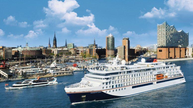 Kreuzfahrtschiff im Hamburger Hafen auf der Elbe