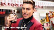 Die Astra Werbekampagne mit Model im roten Anzug