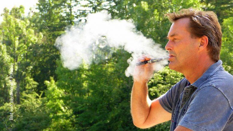 Ein Mann dampft eine E-Zigarette