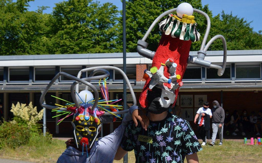 Kinder mit selbstgebauten Masken