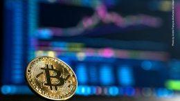 Bitcoin Symbolfoto mit Kurschart