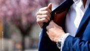 Mann holt Geldbörse aus seiner Jacke