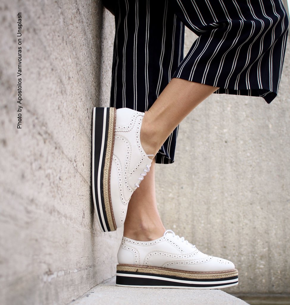 Sommer Sneaker mit gestreifter Hose