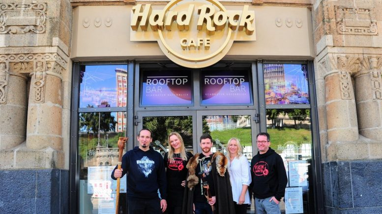 Teamfoto vor dem Hard Rock Cafe