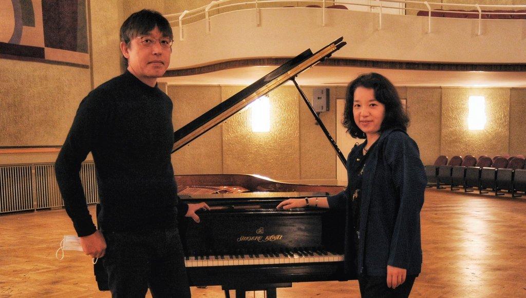 Akane Sakai mit Produzent Arimune Yamamoto. am Klavier