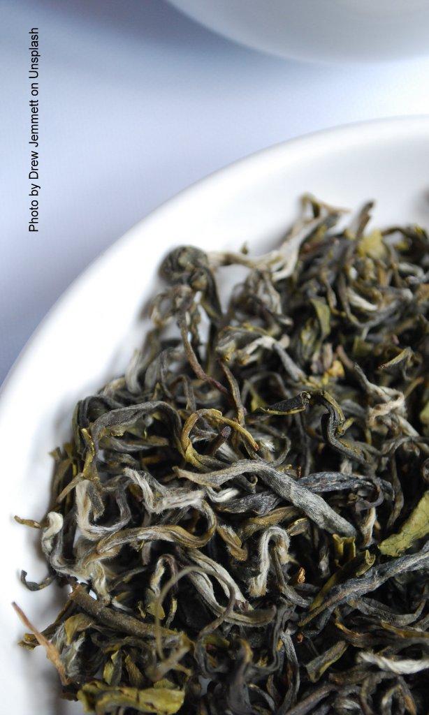 Teeblätter im Porzellangefäß