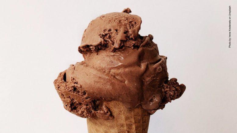 Schoko-Eis in der Waffel