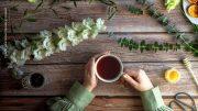 Tee trinken Tasse auf einem Tisch mit viel Dekoration