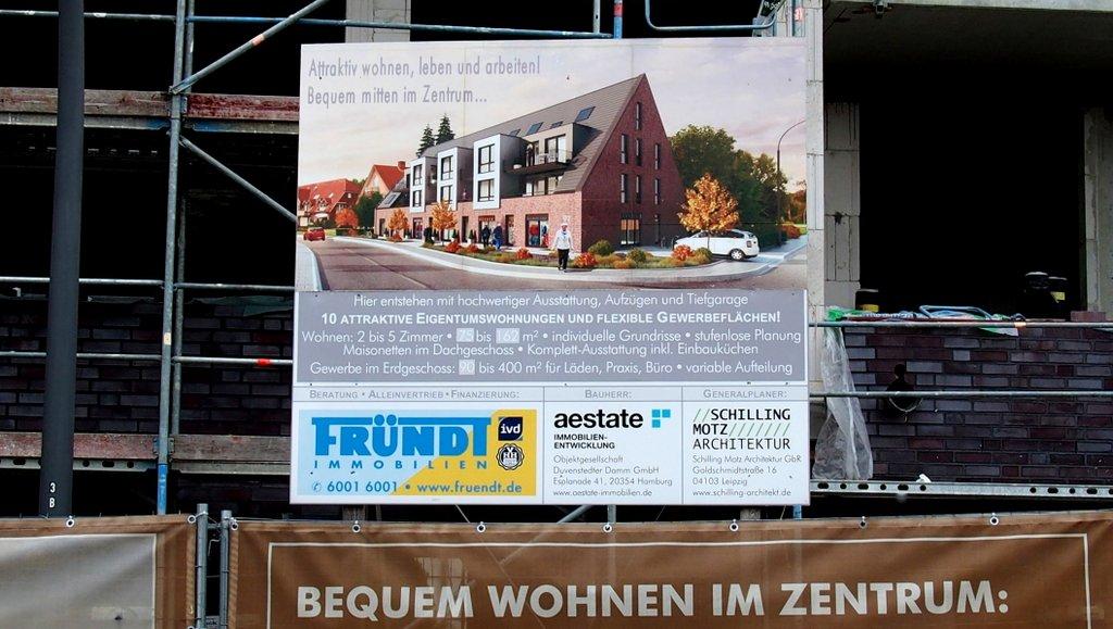 Bauschild für Eigenturmswohungen an einem Bauzaun in Hamburg Duvenstedt