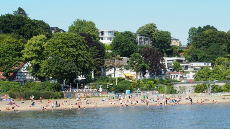 Der Elbstrand im Sommer mit Badebetrieb in Hamburg Blankenese