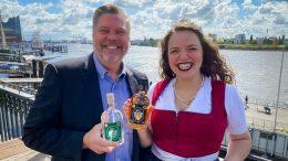 Ralf Hansen mit der Hamburger Bierkönig zeigt Blockbraäu Schnaps