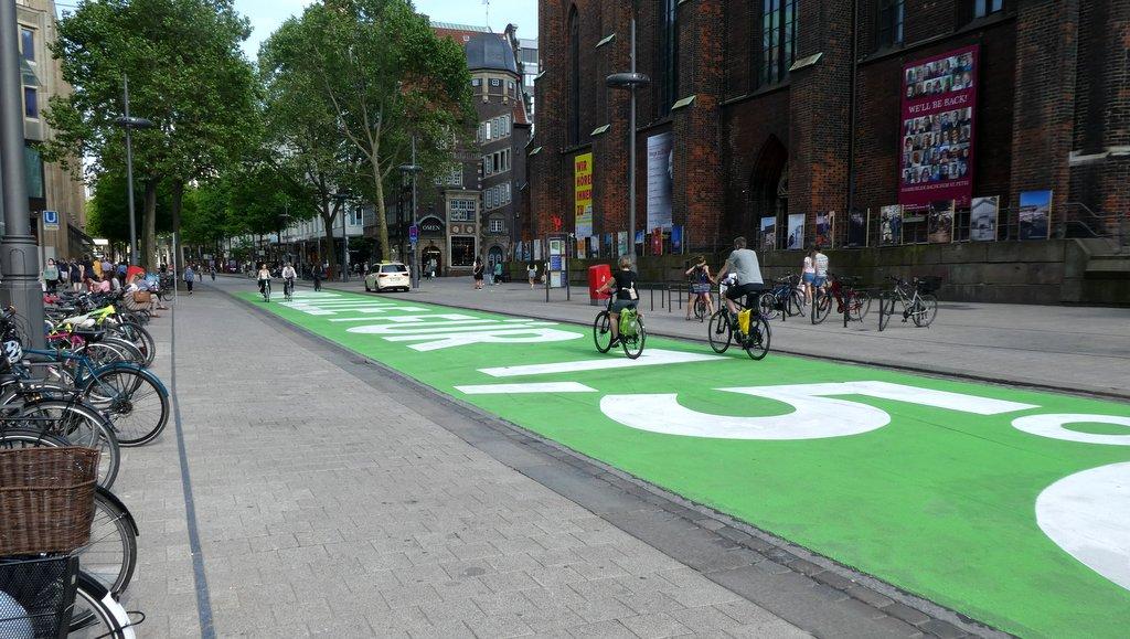 Fridays for Future Aktionsschriftzug auf der Mönckebergstraße in Hamburg